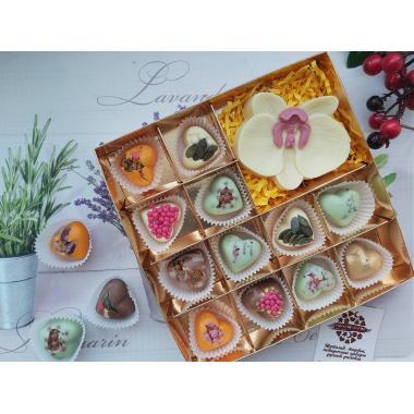 Набор 12 конфет в виде сердец и цветок орхидеи