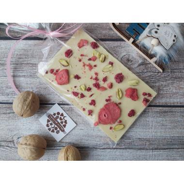 Плитка из белого шоколада с сердечками и сублимированными ягодами