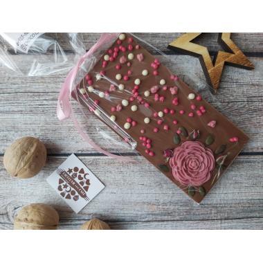 Плитка из молочного шоколада с цветочком и наполнением
