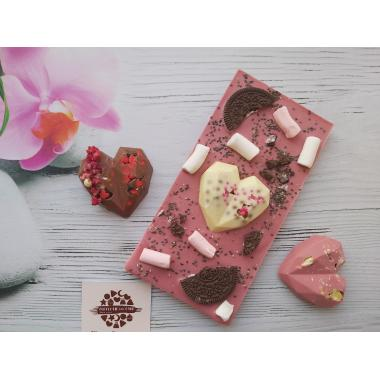 Плитка из руби шоколада с орео и сердцем