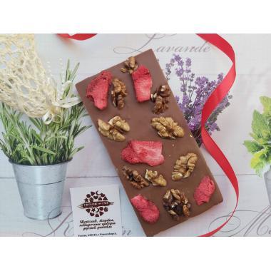 Плитка из молочного шоколада с орехами и сублимированными ягодами